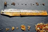 Златният кинжал и различни по размер халкички
